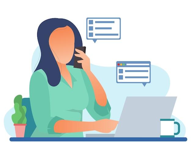 Uma mulher de negócios está ligando para um cliente enquanto trabalha em um computador