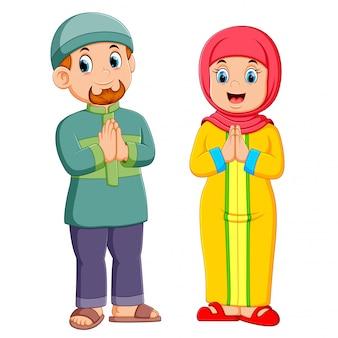 Uma mulher e um homem estão dando a saudação de perdão de mubarak ied