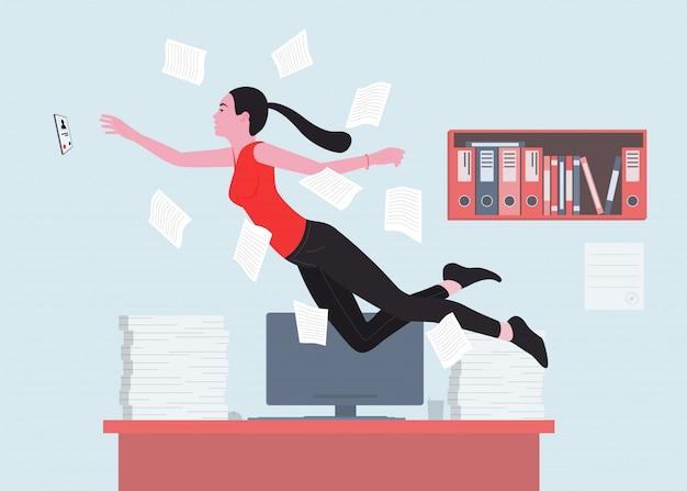 Uma mulher é uma boa trabalhadora de escritório ou trabalha com o telefone tocando.