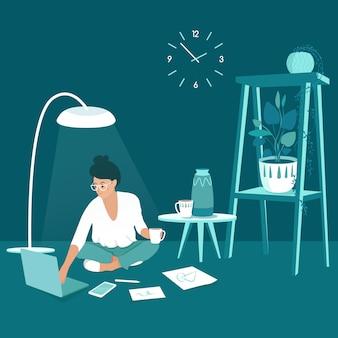 Uma mulher freelancer trabalhando em casa