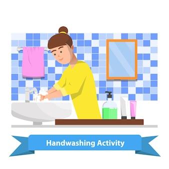 Uma mulher lava as mãos