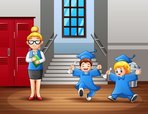Uma professora e fofos estudantes de formatura no corredor