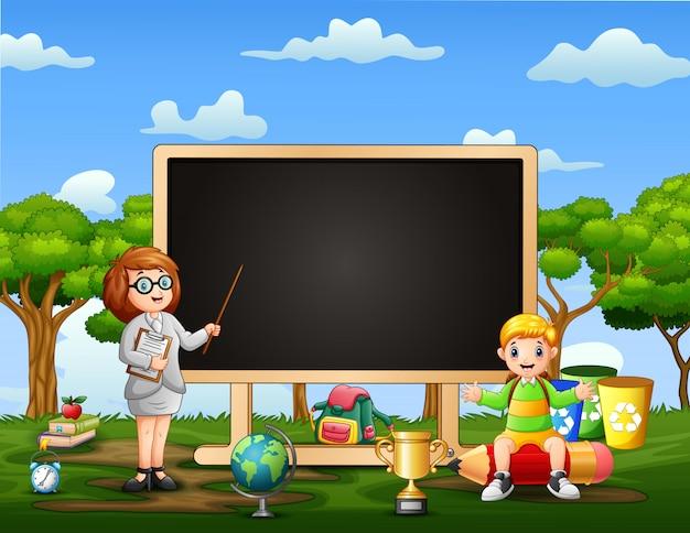 Uma professora está ensinando ao ar livre