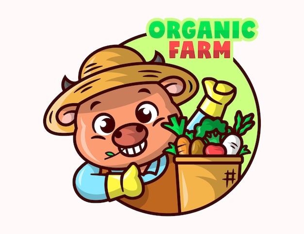 Uma vaca bonito está vestindo roupa de agricultor e traz uma cesta de vegetais cartoon mascot