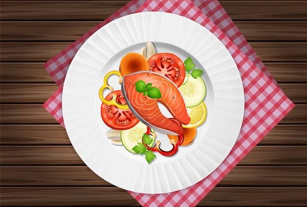 Uma vista superior da salada de salmão na mesa