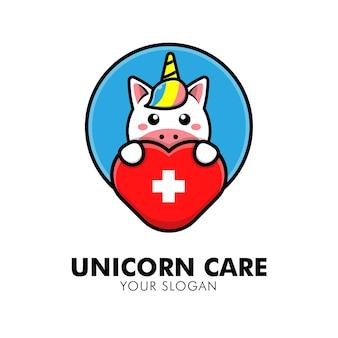 Unicórnio fofo abraçando o logotipo de cuidados com o coração animal ilustração de design de logotipo