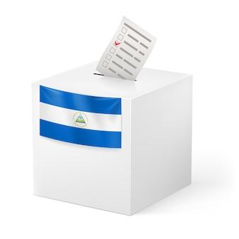 Urna com boletim de voto. nicarágua
