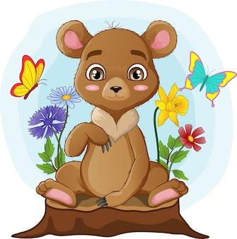 Ursinho fofo sentado no toco de árvore