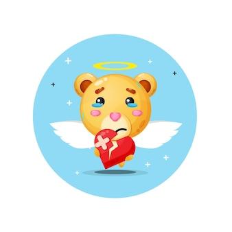 Urso anjo fofo está triste segurando amor