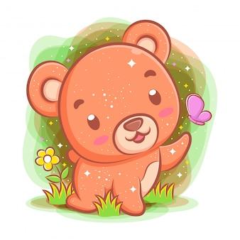Urso bebê brincando no parque com borboleta