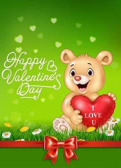 Urso bonito segurando balões de coração vermelho na grama verde