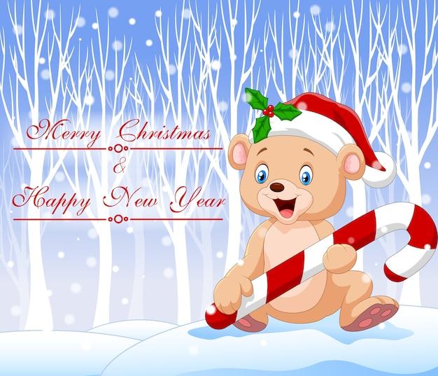 Urso de bebê engraçado dos desenhos animados segurando doces de natal