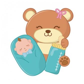 Urso de brinquedo carregando um bebê abrigado