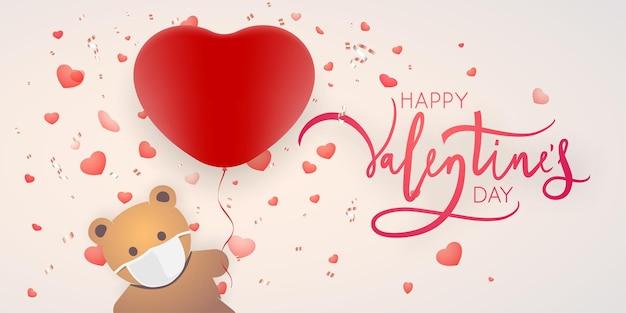 Urso de brinquedo com máscara e balão em forma de coração. design de cartão de dia dos namorados