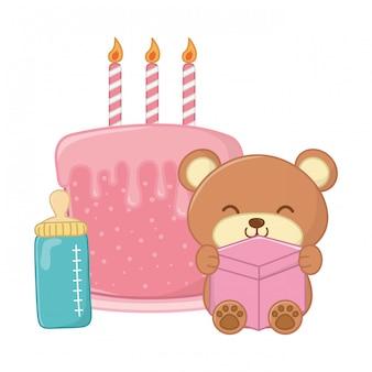 Urso de brinquedo e bolo de aniversário