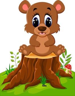 Urso de desenho animado sentado no tronco de árvore