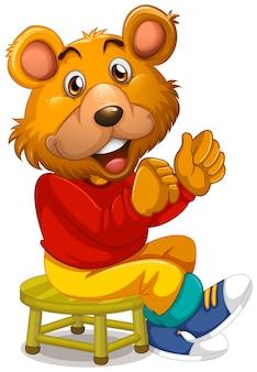Urso feliz sentado no banquinho
