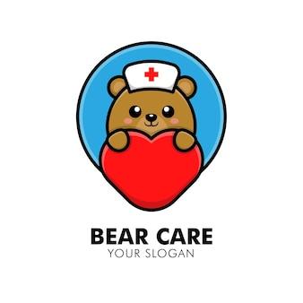 Urso fofo abraçando o logotipo de cuidados com o coração animal ilustração de design