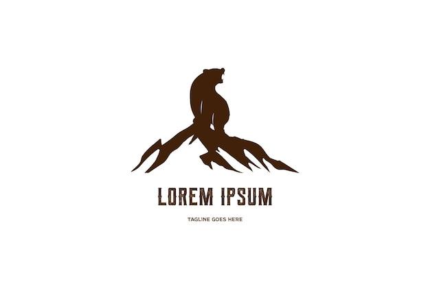 Urso-pardo polar de gelo rugindo com rocha no topo da montanha para acampamento ao ar livre aventura design de logotipo em vetor