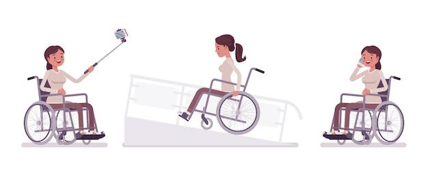 Usuário de cadeira de rodas jovem feminino com telefone, câmera selfie, na rampa. obstáculos em uma cidade. deficiência, conceito médico de política social. estilo cartoon ilustração, fundo branco