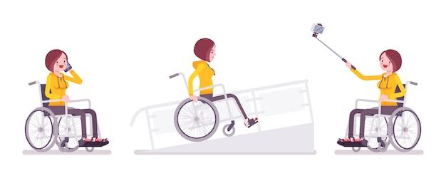 Usuário de cadeira de rodas jovem feminino com telefone, câmera selfie, na rampa