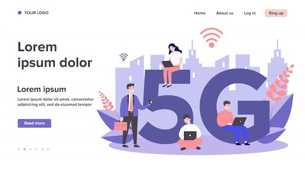 Usuários de dispositivos que apreciam internet 5g na cidade