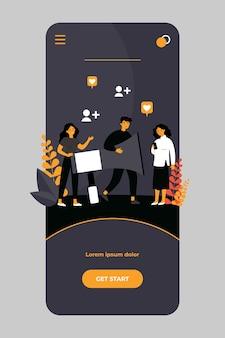 Usuários de mídia social compartilhando informações sobre referências no aplicativo móvel