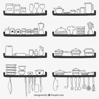 Utensílios bonitos da cozinha em prateleiras