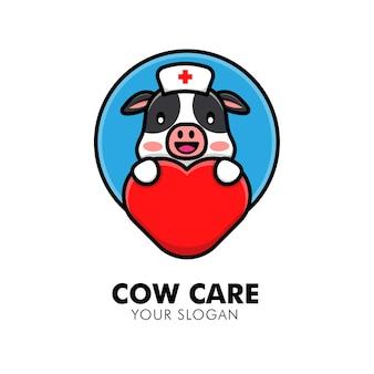 Vaca fofa abraçando o logotipo de cuidados com o coração animal ilustração de design