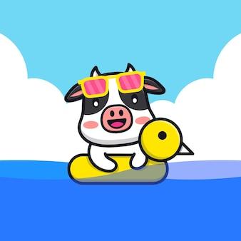 Vaca fofa nadando com ilustração dos desenhos animados do anel de natação