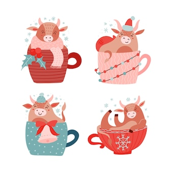 Vaca ou touro bebê sentado com baga de azevinho, sino e guirlanda de luz em copo vermelho