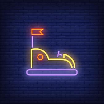 Vai o kart no sinal de néon do parque de diversões