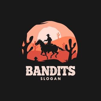 Vaqueiro bandido montando um cavalo no logotipo do pôr do sol