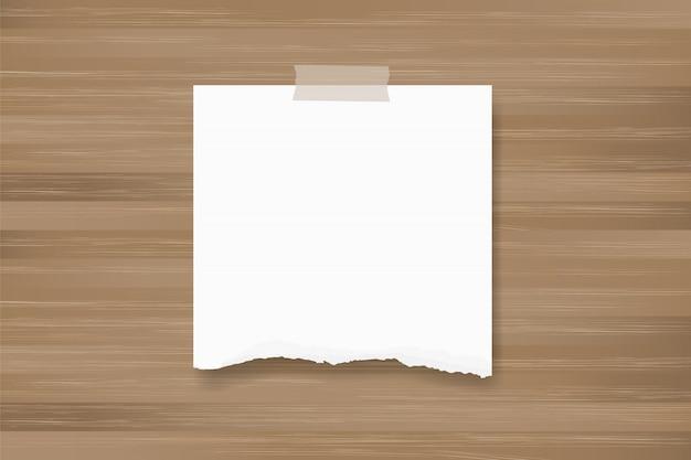 Vara de papel rasgada do fundo na textura de madeira.