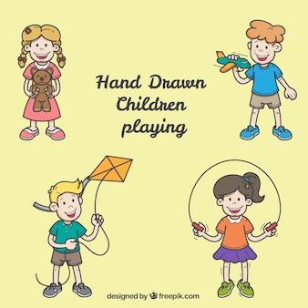 Várias crianças que brincam no estilo desenhado mão