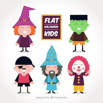 Várias crianças vestidas acima para halloween