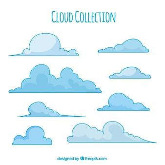 Várias nuvens esponjosas de cor azul