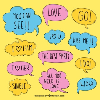 Variedade de balões do diálogo coloridos com mensagens românticas
