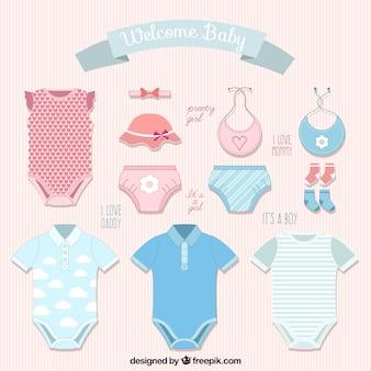Variedade de roupas de bebê