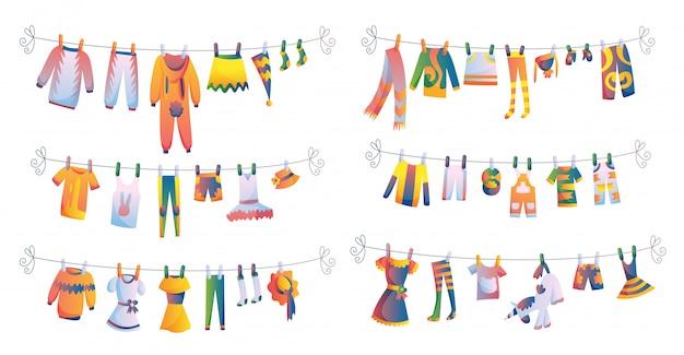 Vários itens de roupas de bebê na corda isolada