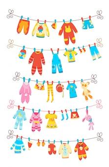 Vários itens de roupas de bebê na corda