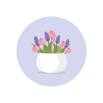 Vaso de cerâmica branca com tulipa fresca e flores lilás