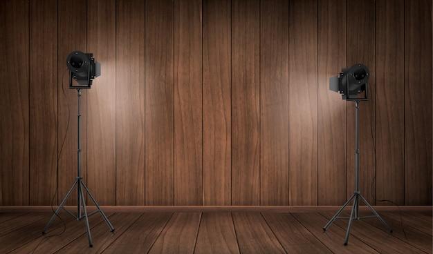 Vazio interior do estúdio de madeira com lâmpadas