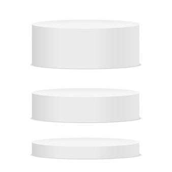 Vazio pódio redondo branco sobre fundo branco.