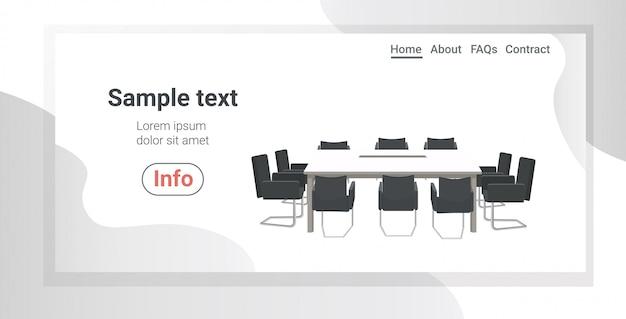 Vazio, sem pessoas, centro de coworking sala de reuniões com mesa redonda, rodeado por cadeiras, escritório moderno espaço de cópia horizontal