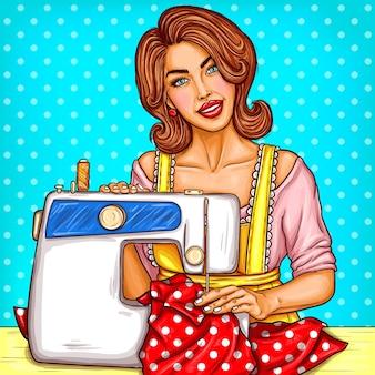 Vector pop art ilustração de uma jovem mulher costureira costura em uma máquina de costura