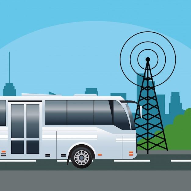 Veículo de transporte público de ônibus branco com antena de telecomunicações