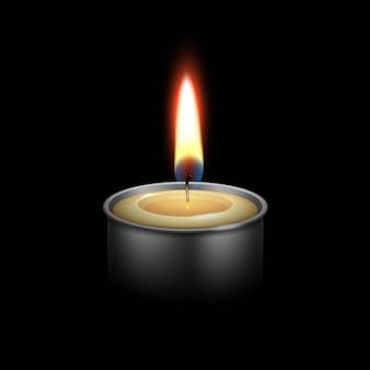 Vela no castiçal de metal chama luz de fogo.