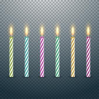 Velas de bolo de aniversário com chamas acesas isoladas