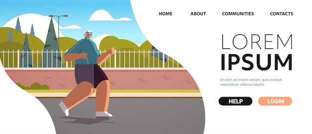 Velha em roupas esportivas correndo no parque aposentada sênior fazendo exercícios físicos atividades ao ar livre e esporte fitness conceito de estilo de vida saudável cópia horizontal espaço completo vetor illustra